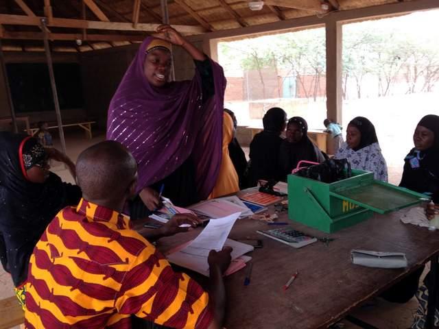 microcredito: istruttore con un gruppo di donne