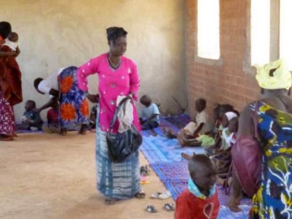 Lunedì 1°gg: Mamme che accompagnano i figli in classe
