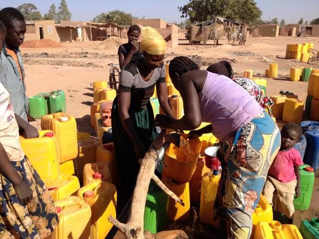 distribuzione dell\'acqua alle famiglie del quartiere