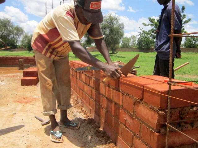 agosto 2013: finite le fondamenta si inizia a murare
